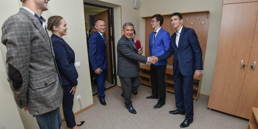 Минниханов посетил новое 19-этажное общежитие КГЭУ в Казани