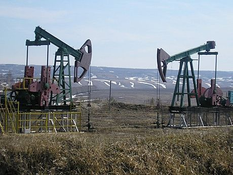 «Татнефть» чистит поля от сухой травы, чтобы избежать пожаров на нефтекачалках