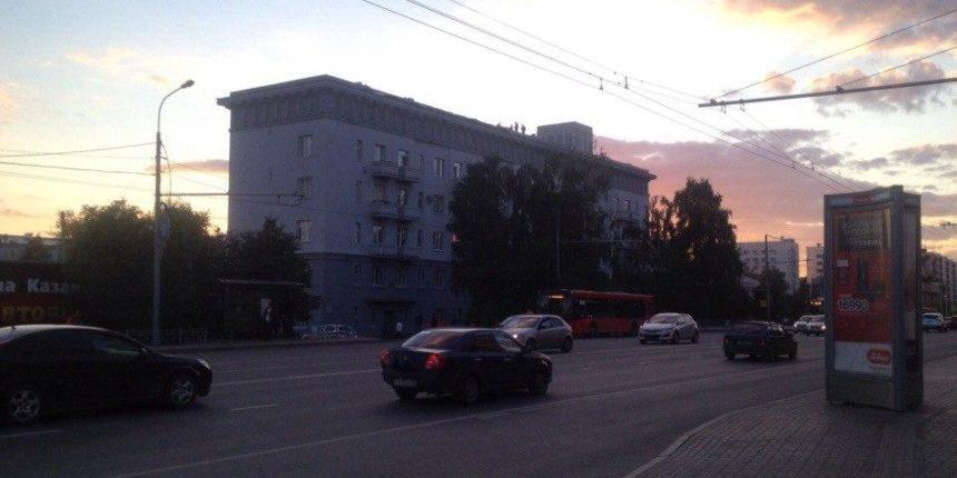Кровлю, обломки которой накрыли автобусную остановку на улице Павлюхина, ремонтировали к началу Универсиады