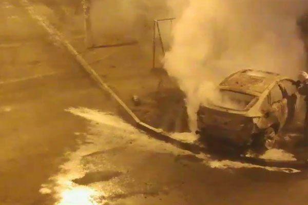 В Астрахани была сожжена BMW X6, оставленная на детской площадке