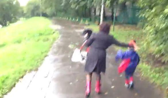 Прохожий заснял как женщина, избивая своего сына, грозила сдать его на органы [видео]