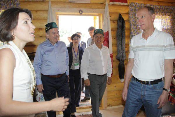 Сабантуй в Казани: семейное чаепитие с огромным самоваром