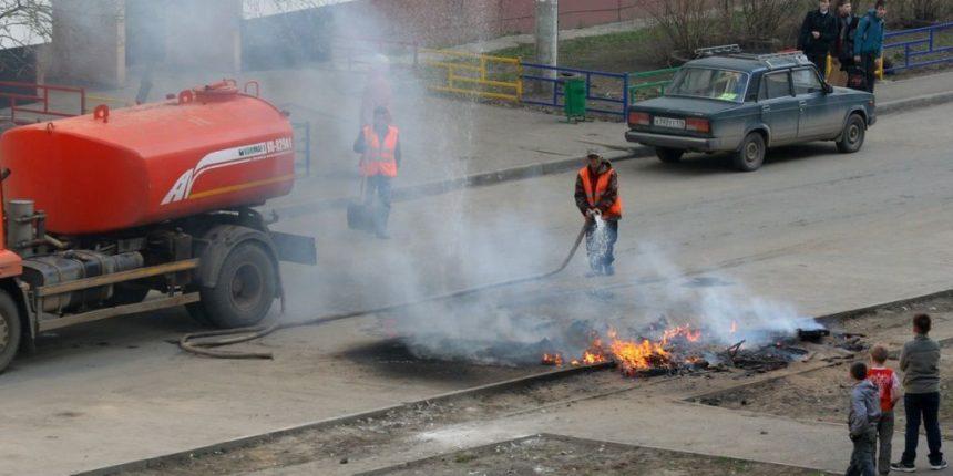 Во дворе дома в Казани загорелся мусор – огонь угрожал припаркованным автомобилям