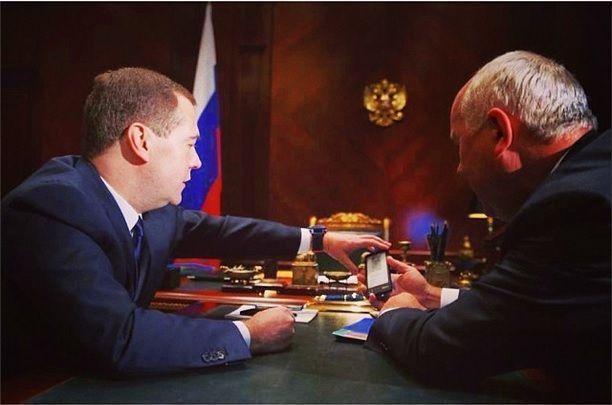 Дмитрий Медведев выложил фотографию YotaPhone в своем Instagram