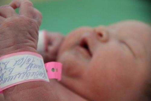 В челнинском роддоме после ЧП с подменой детей браслет ребенку надевают на глазах у матери
