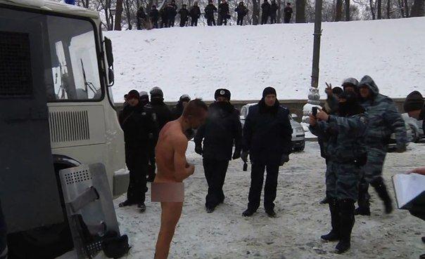 МВД Украины проверяет видео, в котором фигурируют люди в милицейской форме и обнаженный мужчина