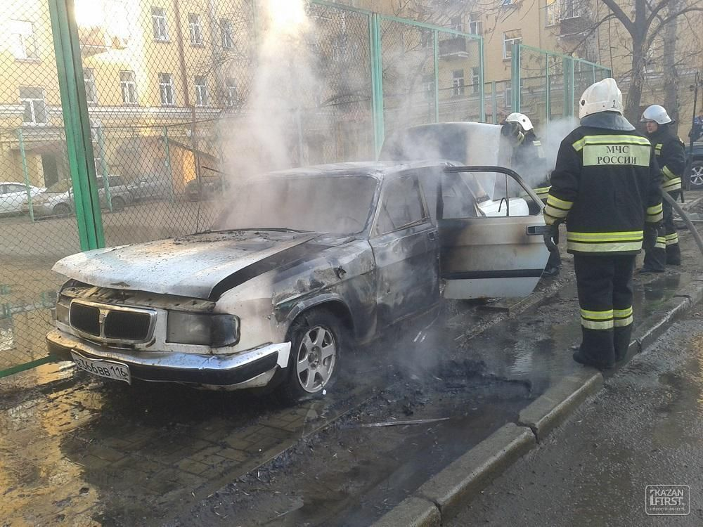 Во дворе дома на улице Пушкина в Казани сгорел автомобиль