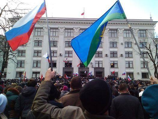 Здание обладминистрации в Луганске захвачено пророссийски настроенными митингующими