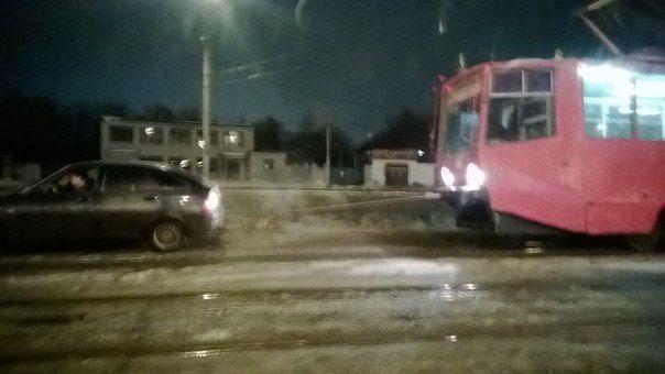 В Казани Ладу Приору из сугроба вытащил трамвай
