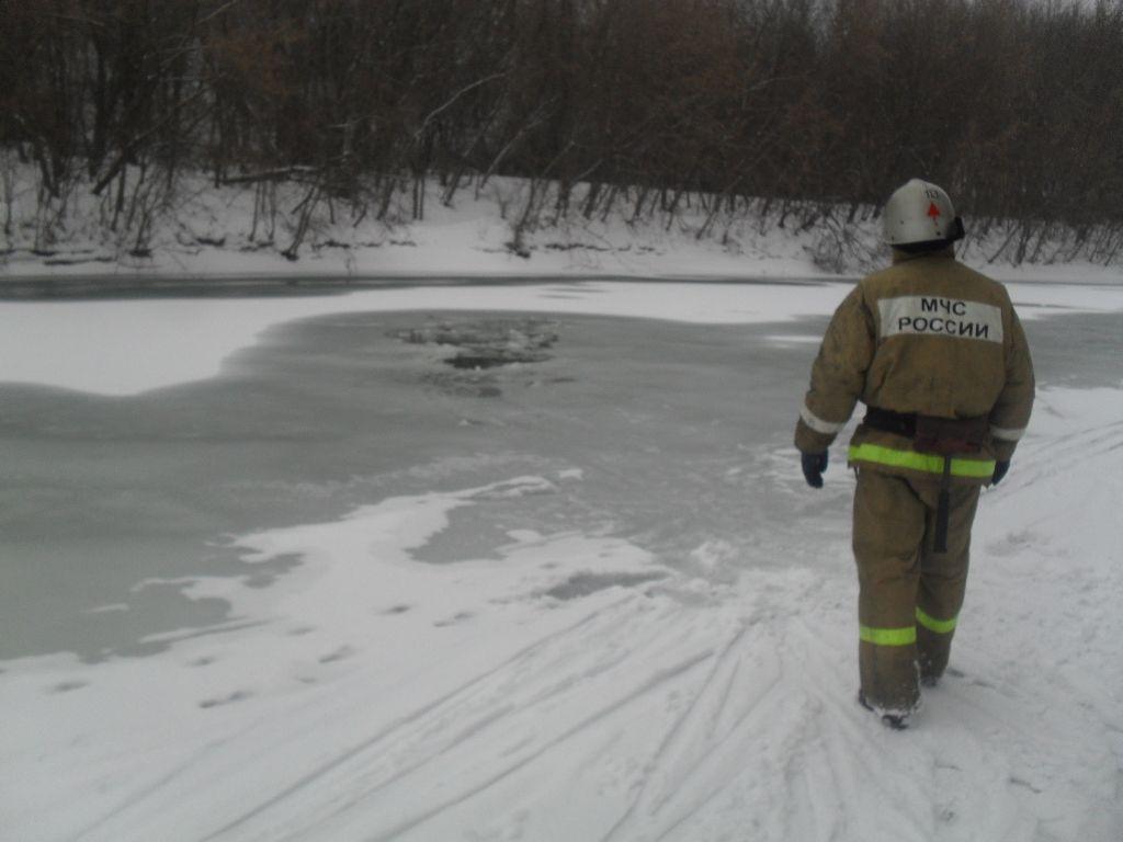 Под Казанью спасатели вытащили провалившегося под лед лыжника