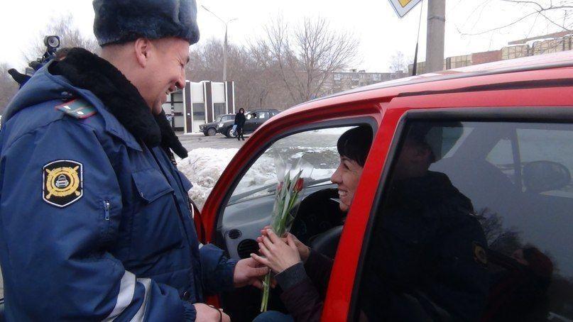 Нижнекамские автоледи получили тюльпаны от инспекторов ГИБДД