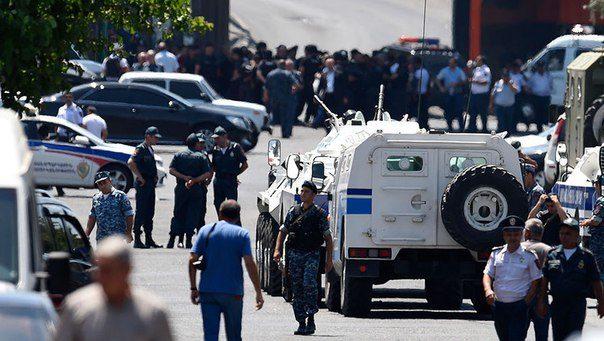 ВАрмении вооруженные люди захватили строение милиции