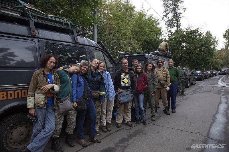 Участники экспедиции «Гринпис» были привезены вполицию для установления личности