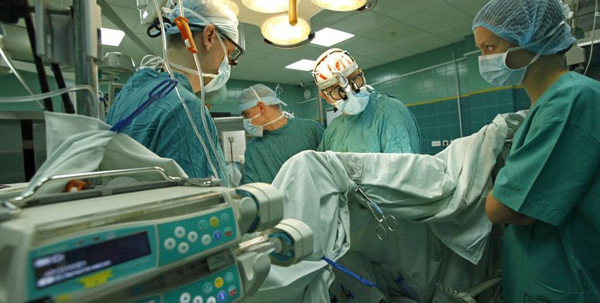 Кубанские хирурги восстановили пациенту лицо, пересадив кожу сживота