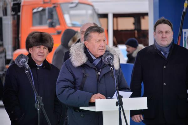 Рустам Минниханов иВиктор Зубков осмотрели экспозицию газомоторной техники вКазани