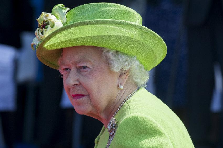 Королеву Англии едва неубил охранник