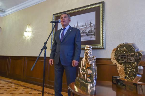 Рустам Минниханов вручил победителям «Дакара-2017» госнаграды