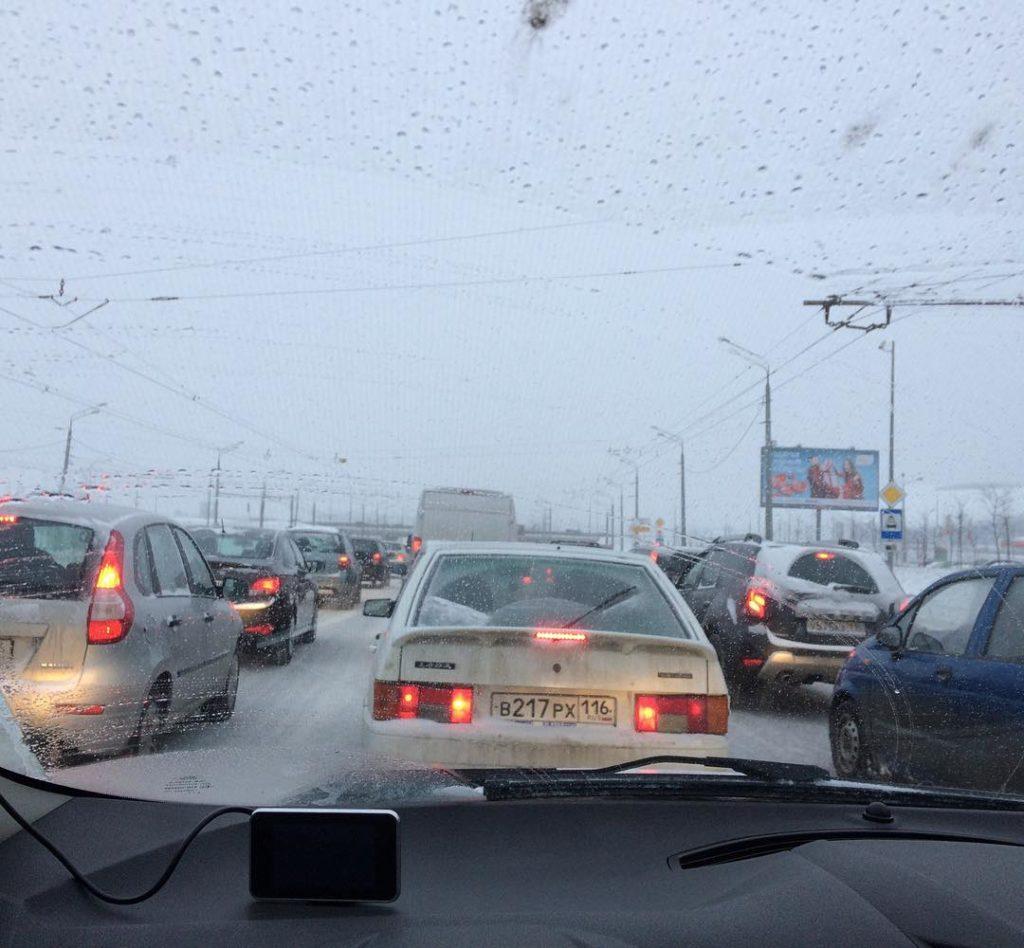 Из-за непогоды движение на трассах Казани замерло впробках