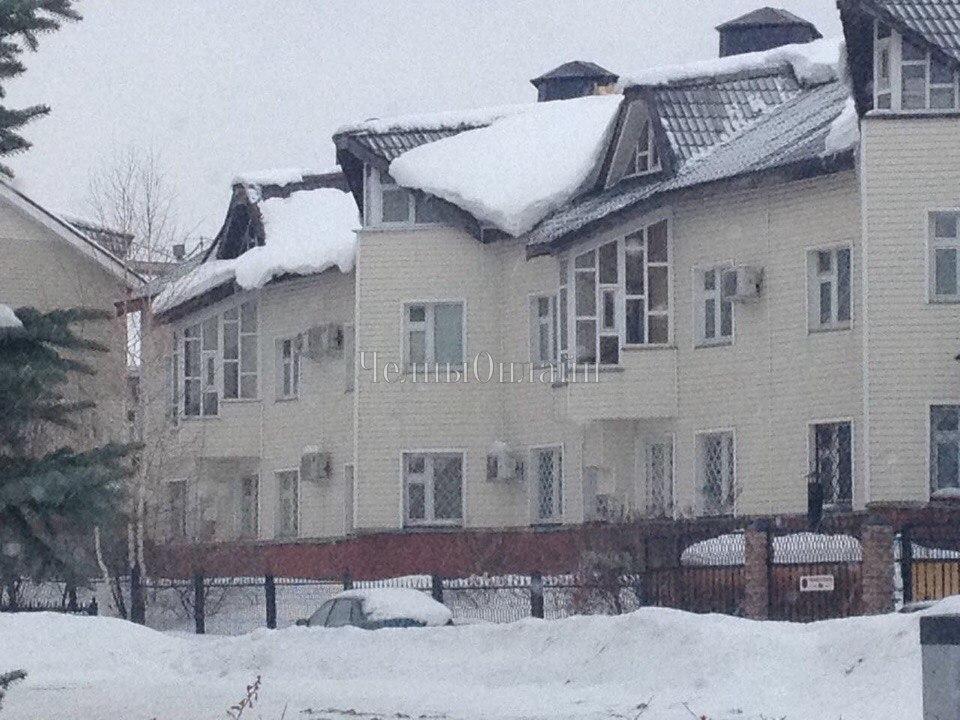 ВТатарстане наребенка, который шел вшколу, скрыши обвалился снег