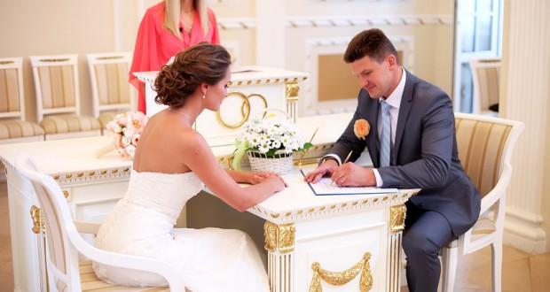 Количество фиктивных браков для получения гражданства вразы возросло в РФ - специалисты