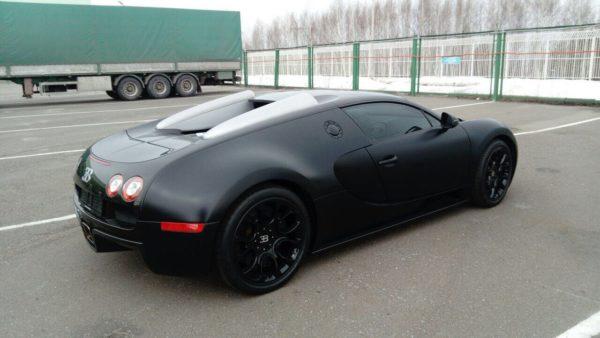 Поцентру Казани проехал 1000-сильный Бугатти Veyron стоимостью 100 млн руб.