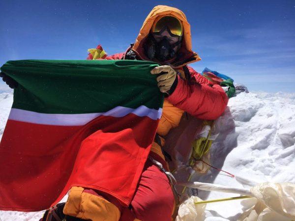 Депутат Государственной думы покорил Эверест иводрузил флаги РФ иТатарстана