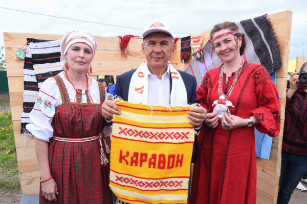 Рустам Минниханов напраздновании Каравона сыграл надревней шарманке