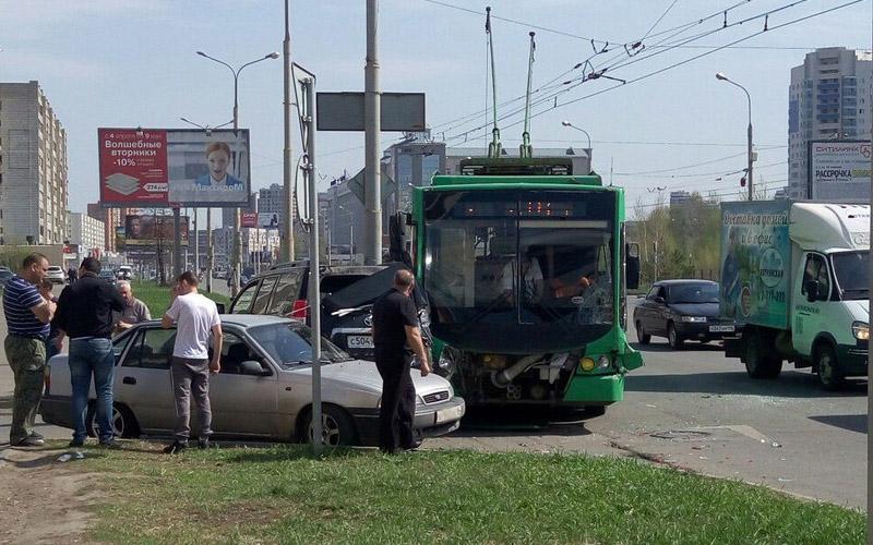 ВКазани неподелили дорогу троллейбус идорогой вседорожный автомобиль