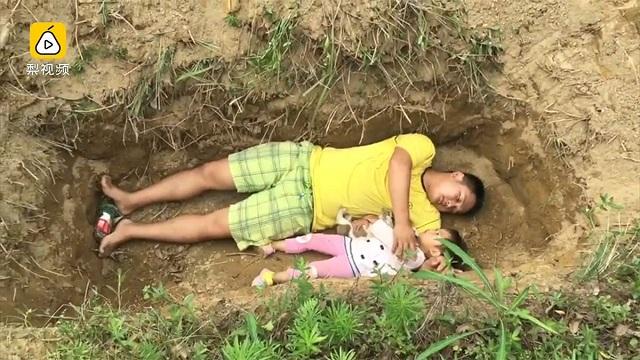 Китаец готовит больную дочь ксмерти, играя сней вмогиле