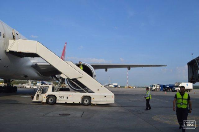 Экипаж сломал стойку шасси самолета, случайно вкючив ручной тормоз