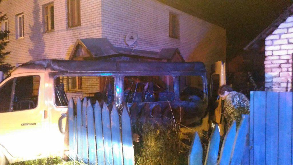 ВКазани личный  дом зажегся  из-за въехавшего внего автомобиля