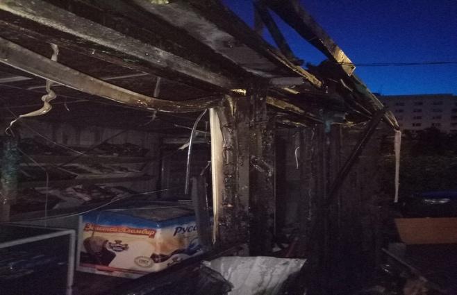 ВКазани сожгли торговый павильон идва припаркованных автомобиля