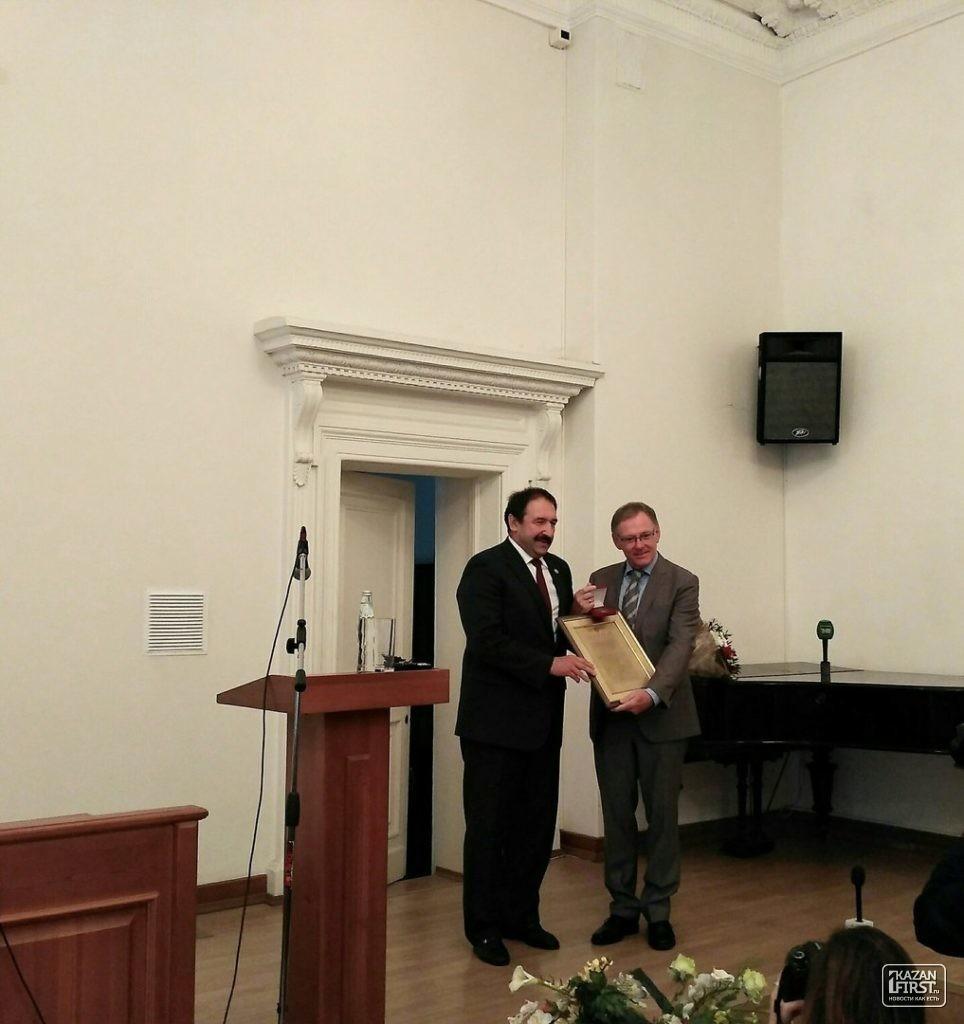 Песошин вручил интернациональную Арбузовскую премию Манфреду Шееру
